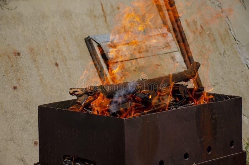 Palenie kłód w grillu grilla Ogień otwarty Spalanie drzewa Przygotowanie Szahalyka zdjęcie royalty free