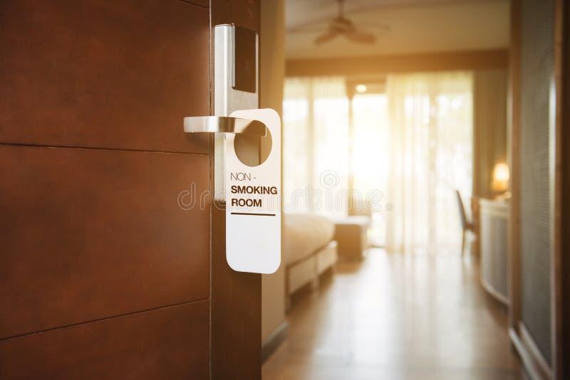 Palenie zabronione znak na pokoju hotelowego elektronicznym drzwiowym kędziorku zdjęcia stock