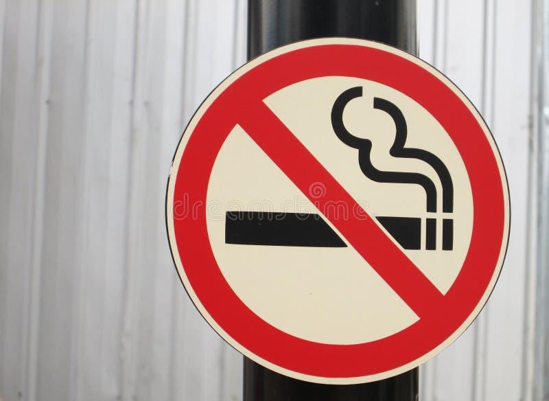 Palenie zabronione znak na słupie zdjęcie royalty free