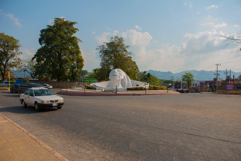 Palenque, Chiapas, México Escultura principal blanca en la calle Monumento enorme situado cerca del término de autobuses en la ci fotografía de archivo