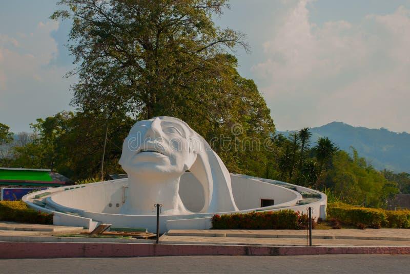 Palenque, Chiapas, México Escultura principal blanca en la calle Monumento enorme situado cerca del término de autobuses en la ci imagenes de archivo