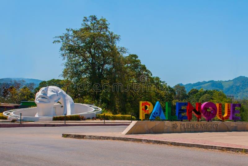 Palenque Chiapas, Mexico Namnet som är skriftligt vid staden av Palenque, enorma färgrika bokstäver Vit head skulptur på gatan arkivfoton