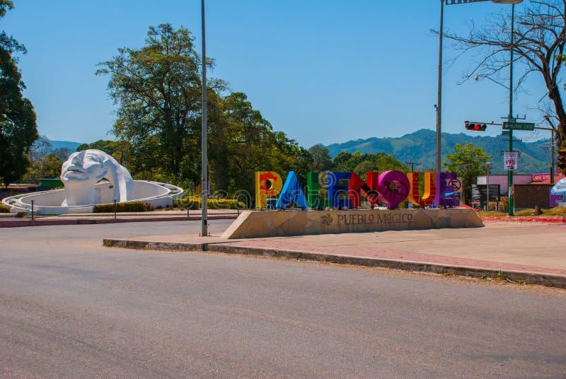 Palenque Chiapas, Mexico Namnet som är skriftligt vid staden av Palenque, enorma färgrika bokstäver Vit head skulptur på gatan royaltyfri foto