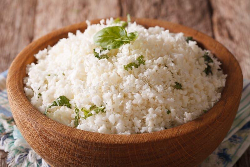 Paleo食物:与草本特写镜头的花椰菜米 水平 免版税库存图片