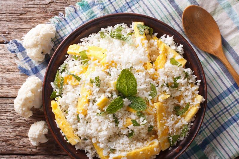 Paleo食物:与蛋特写镜头的花椰菜米 水平的名列前茅v 免版税图库摄影