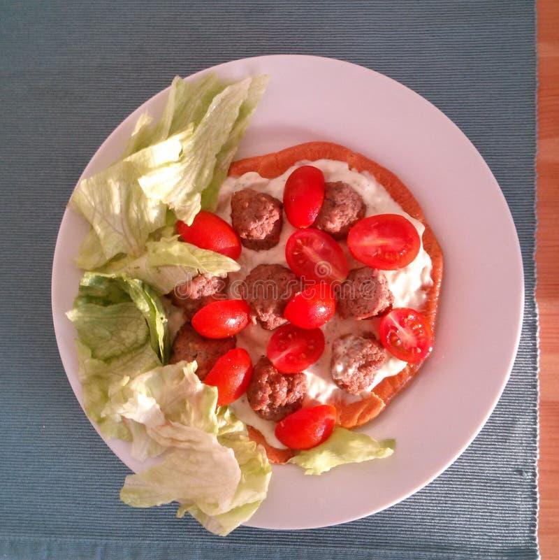 Paleo-Frühstück mit Tomaten, Salat, Fleischbällen und Creme lizenzfreie stockfotografie