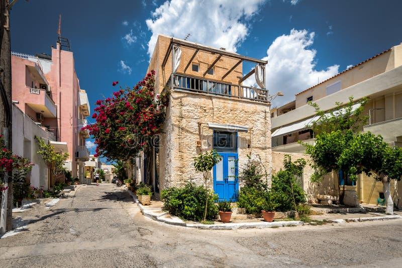 Paleochora镇传统希腊建筑学在克利特海岛上的 库存照片
