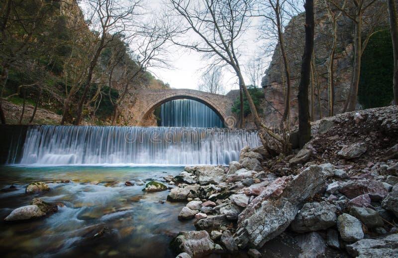 Paleokarya老石头成拱形在两瀑布之间的桥梁 特里卡拉专区,希腊 免版税图库摄影
