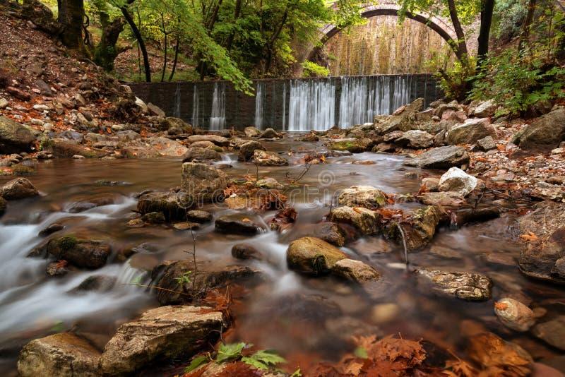 Paleokarya, oud, steen, overspannen brug, tussen twee watervallen De prefectuur van Trikala, Thessaly, Griekenland stock foto