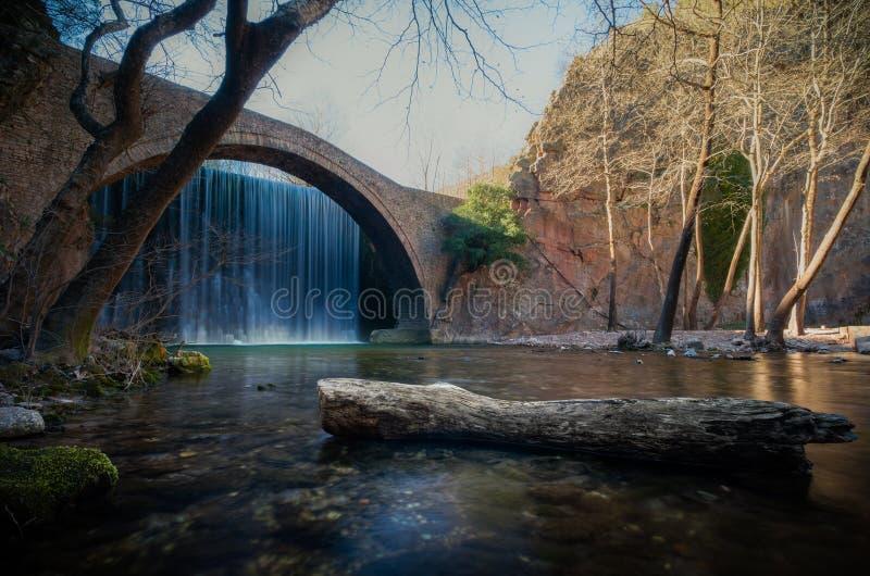 Paleokarya oude steen overspannen brug tussen twee watervallen De prefectuur van Trikala, Griekenland stock fotografie