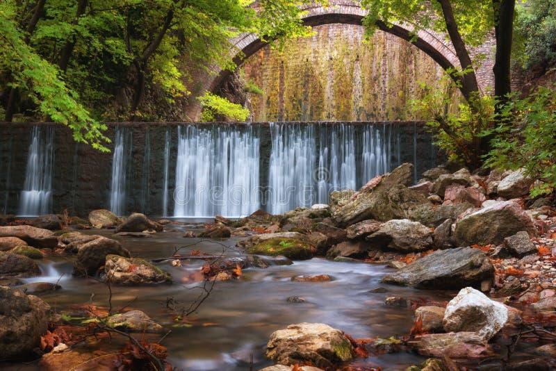 Paleokarya, velho, pedra, ponte arqueada, entre duas cachoeiras Prefeitura de Trikala, Thessaly, Grécia fotos de stock