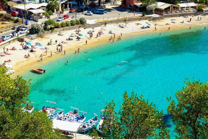 PALEOKASTRITSA,科孚岛,希腊- 2017年7月3日:海滩Paleokastrit 库存照片