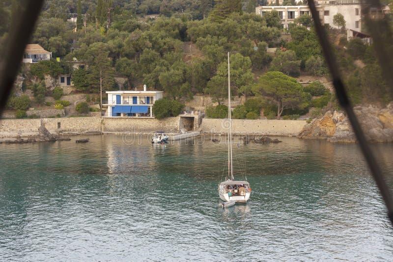 Paleokastritsa, Corfù, Grecia - 15 luglio 2018, barca con i turisti fotografia stock libera da diritti