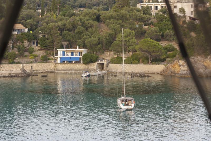 Paleokastritsa, Corfu, Grécia - 15 de julho de 2018, barco com turistas foto de stock royalty free