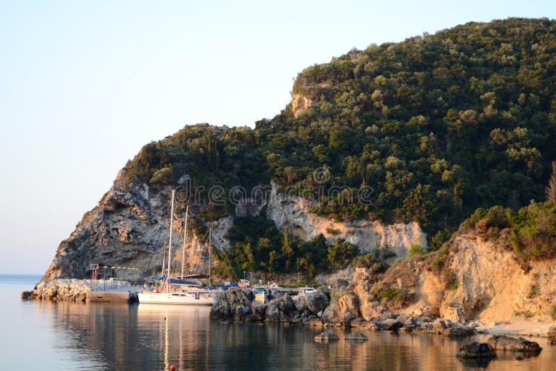 Paleokastritsa-Hafen lizenzfreie stockfotografie