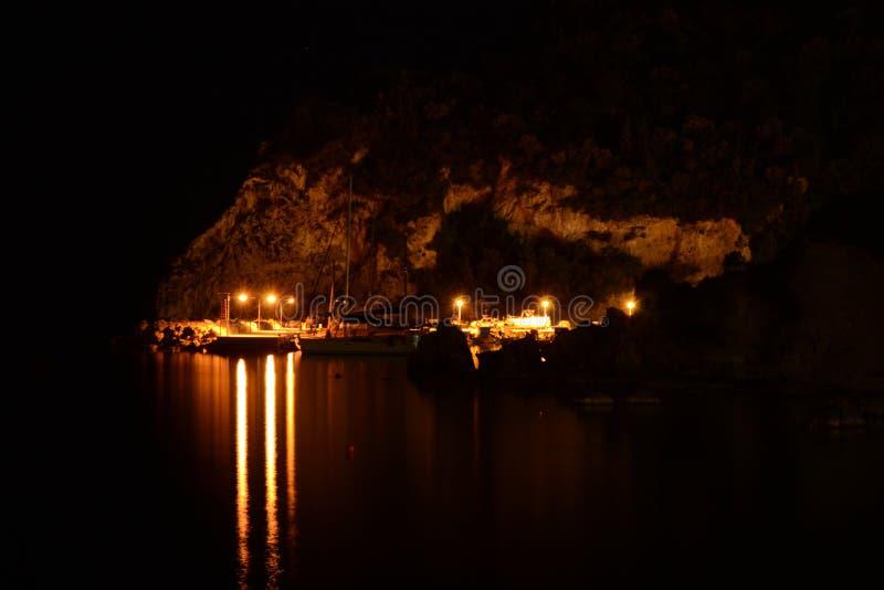 Paleokastritsa-Hafen bis zum Nacht lizenzfreie stockbilder