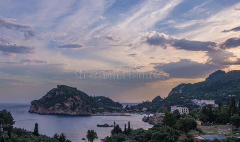 Paleokastritsa på solnedgången i Korfu royaltyfri bild