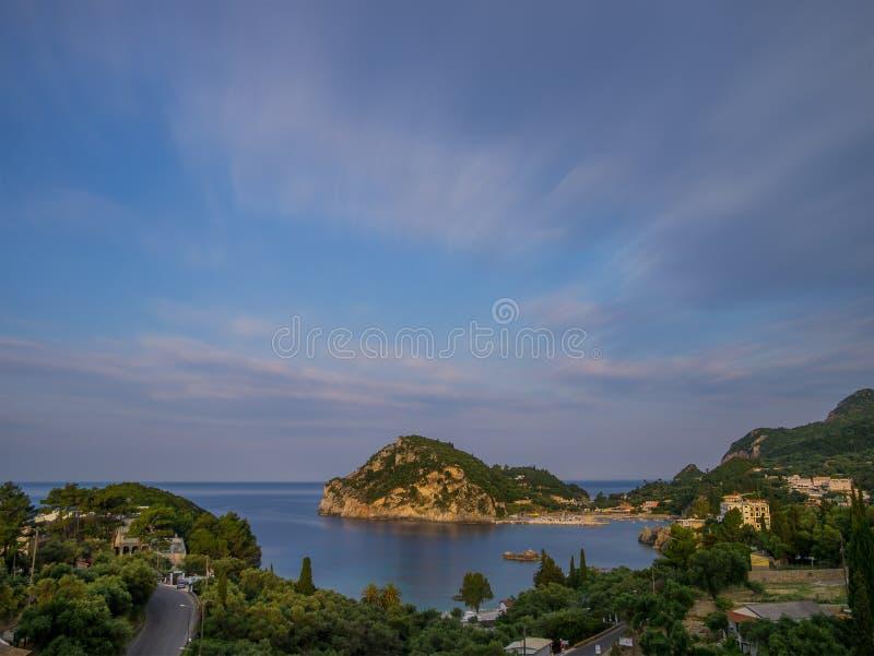 Paleokastritsa på solnedgången i Korfu royaltyfri fotografi