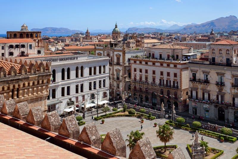 PALERME, la SICILE, l'ITALIE - vue du toit de la cathédrale à Palerme et mer Méditerranée photo stock