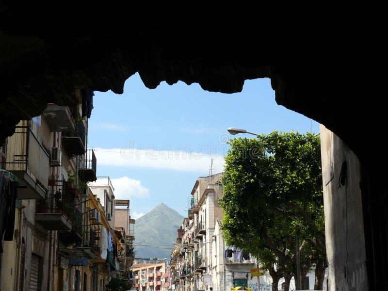 Palerme, Sicile, Italie 11/04/2010 Route populaire avec la fronde de montagne photos stock