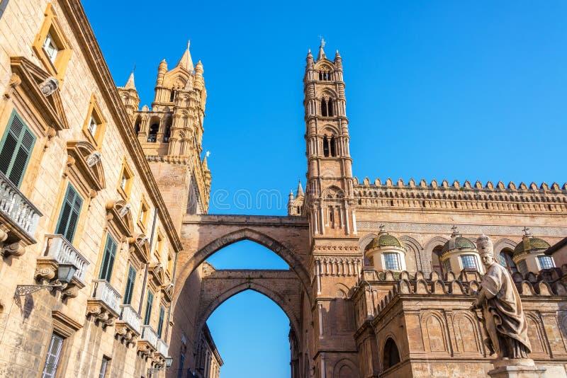 Palermo domkyrka och båge royaltyfri foto