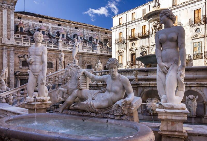 Palermo Fontana Pretoria, Sicilia, Italia Costruzioni storiche immagine stock libera da diritti