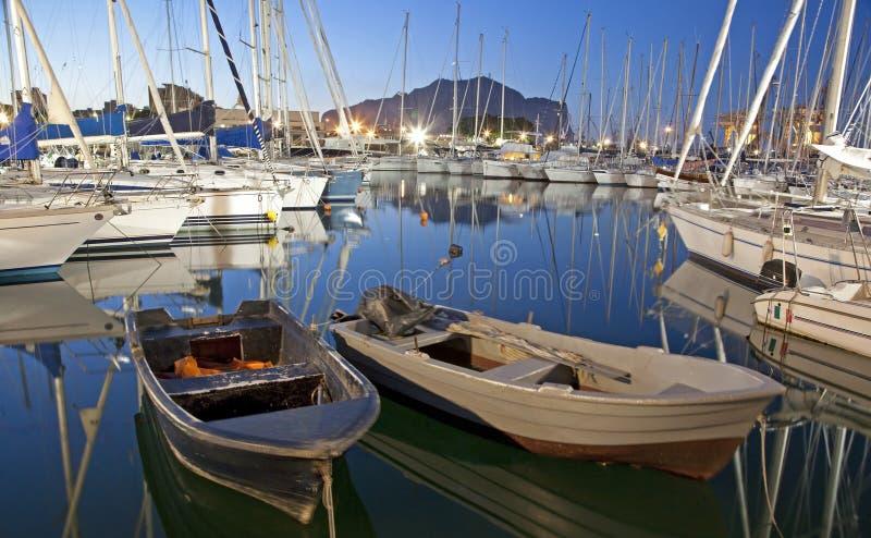 Palermo - Hafen in der Dämmerung stockbild