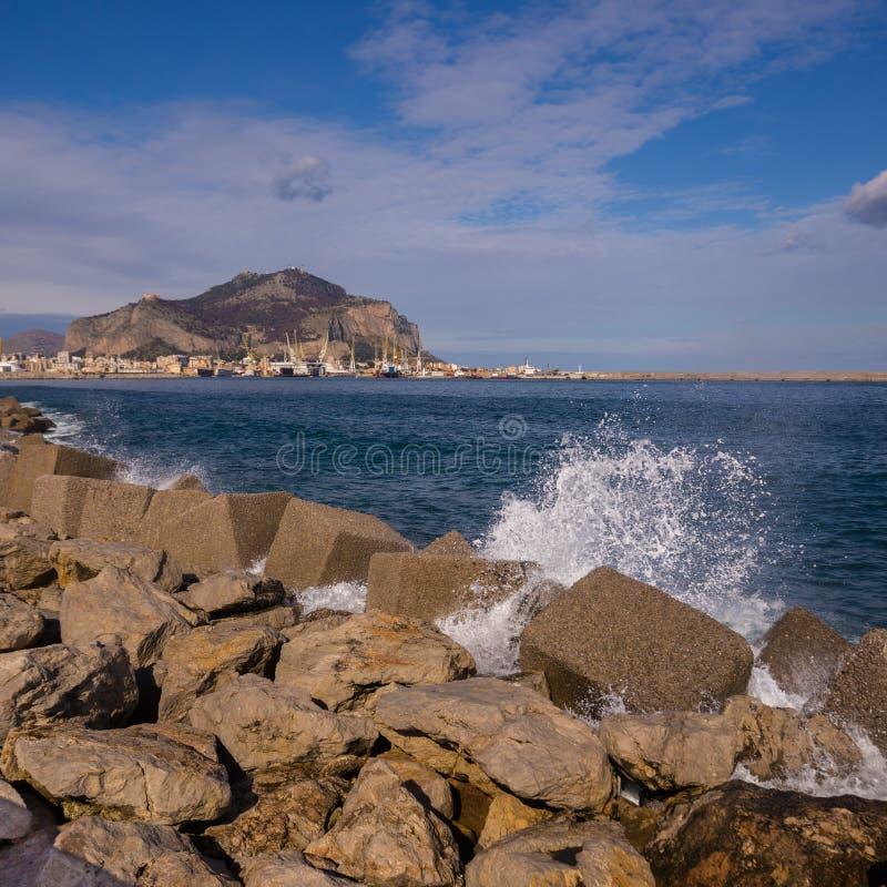 Palermo-Hafen mit Berg Pellegrino und Utveggio ziehen sich zurück lizenzfreie stockfotos