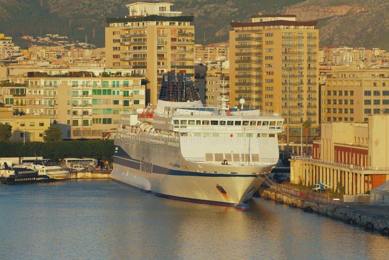 Palermo, Italië - 04 Oct, 2018: Passagier-en-vrachtveerboot op parkeren in haven stock foto's