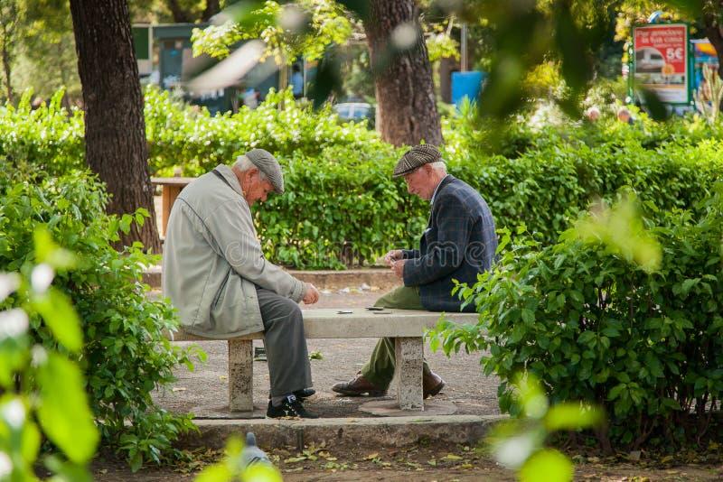 PALERMO, ITALIA - 14 de octubre de 2009: Personas mayores de los naipes imagen de archivo
