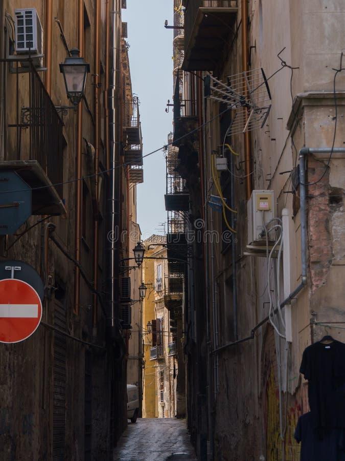 PALERMO, ITALIA - pueden 14, 2015: un patio estrecho en el viejo centro de ciudad, Sicilia imágenes de archivo libres de regalías