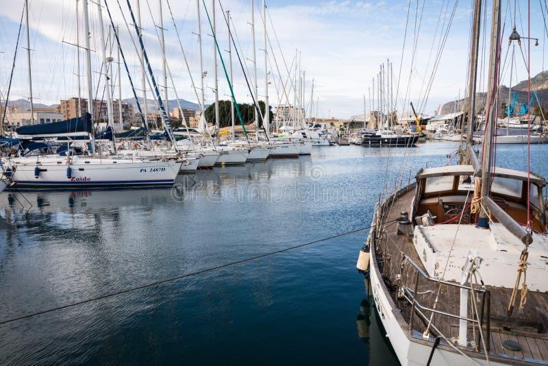 PALERMO, ITALIEN - 29. NOVEMBER 2017: Boote und Yachten geparkt in L lizenzfreie stockbilder
