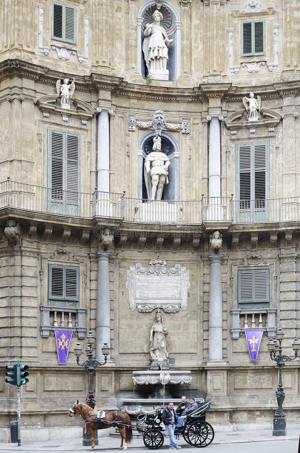 Palermo Italien Vagn för turister i den Quattro Canti fyrkanten fotografering för bildbyråer