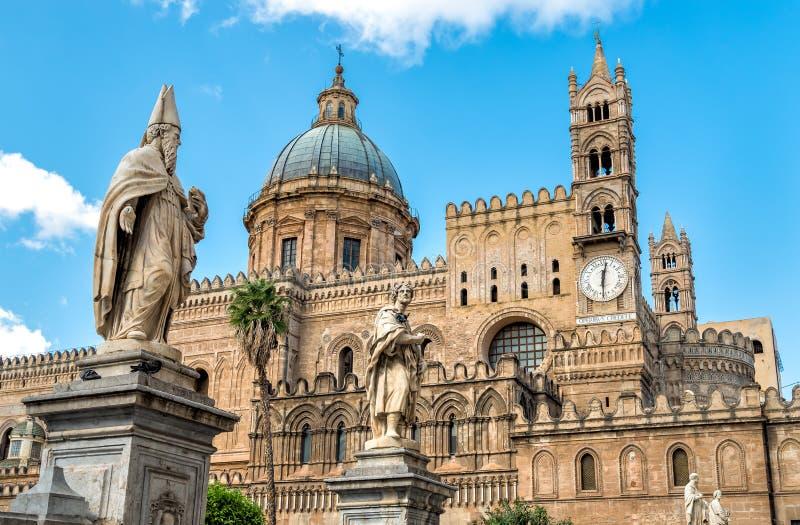 Palermo-Kathedralenkirche mit Statuen von Heiligen, Sizilien, Italien lizenzfreies stockfoto