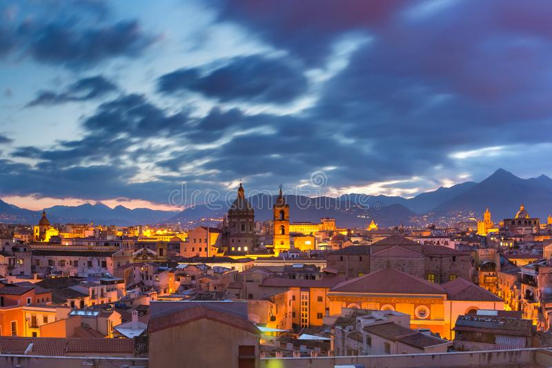 Palermo på solnedgången, Sicilien, Italien royaltyfri bild