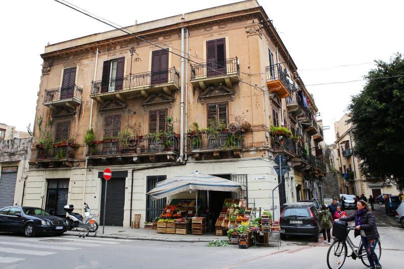 Palermo róg ulicy z tradycyjnego stylu budynkiem obraz stock