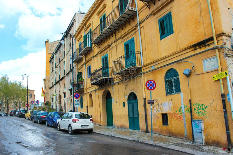 Palermo, Sicilië, Italië - 11 April 2019: Generische straat in Siciliaans Palermo Parkerenauto's, gebouwen met graffiti Vuile sta royalty-vrije stock afbeeldingen