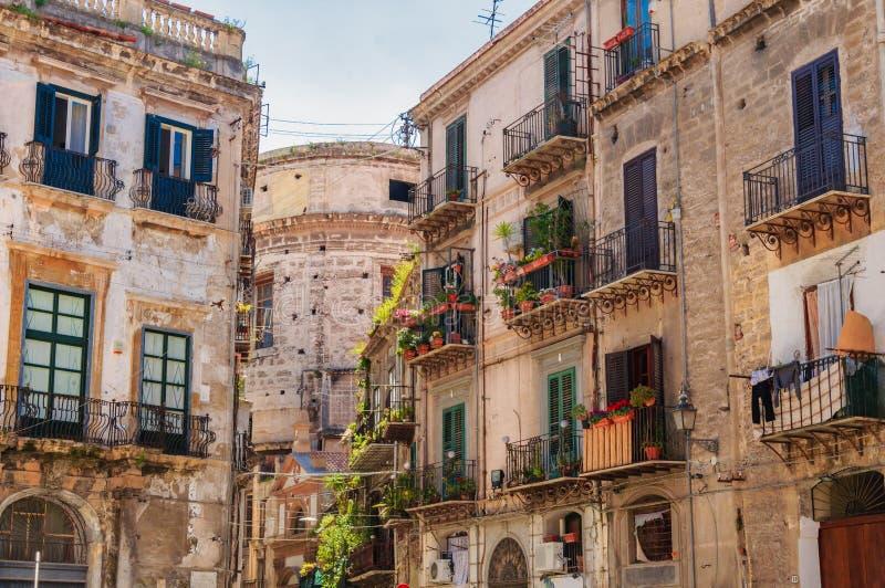 Palermo, Sicilia, Italië: Straatmening van de oude gebouwen stock foto
