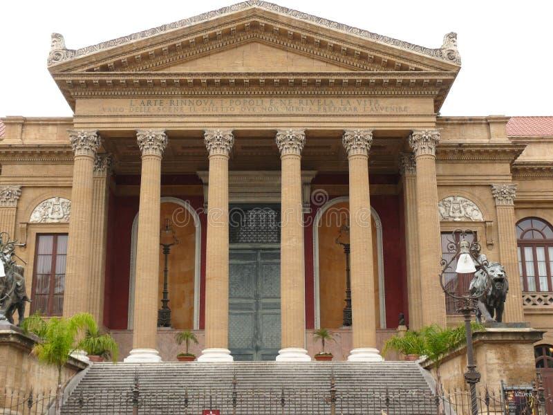 Palermo, Sicilia, Italia 11/04/2010 Facciata principale del Teatro Massimo immagini stock
