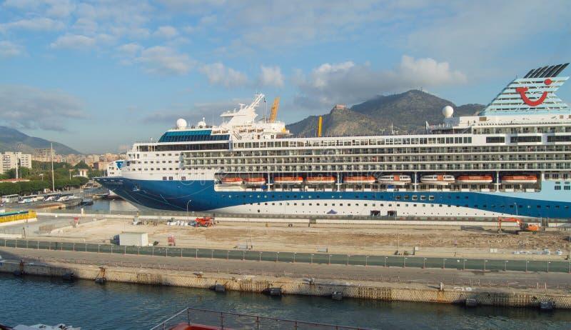 Palermo, Sicilia, Italia 7 ottobre 2018: nave da crociera messa in bacino nella porta, giorno soleggiato, visualizzazione dalla n fotografie stock