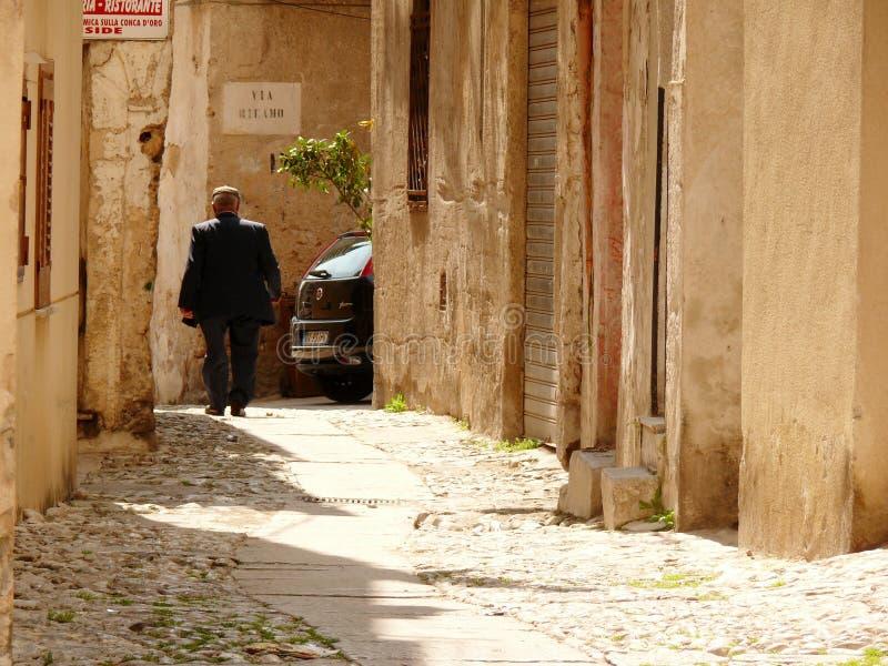 Palermo, Sicilia, Italia 11/04/2010 Passeggiate siciliane su un piccolo immagini stock