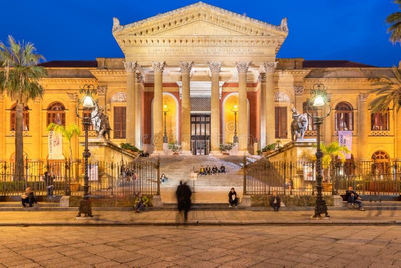 Palermo Sicilien - mars 22, 2019: Teatro Massimo främre sikt i piazza Verdi på skymning i Palermo royaltyfri bild