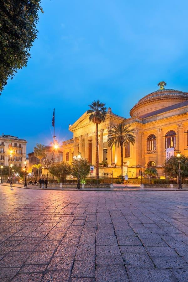 Palermo Sicilien - mars 22, 2019: Teatro Massimo sidosikt i piazza Verdi på skymning i Palermo arkivbild