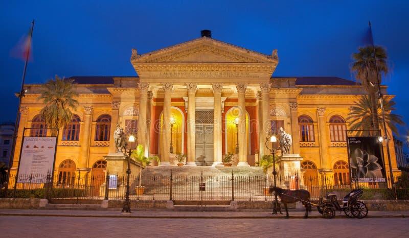 Palermo - Teatro Máximo del arquitecto Giovani Battista Filippo Basile en oscuridad de la mañana. fotos de archivo libres de regalías