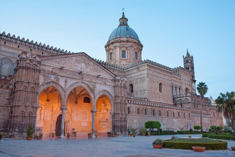 Palermo - Zuidenportaal van Kathedraal of Duomo bij schemer royalty-vrije stock foto's