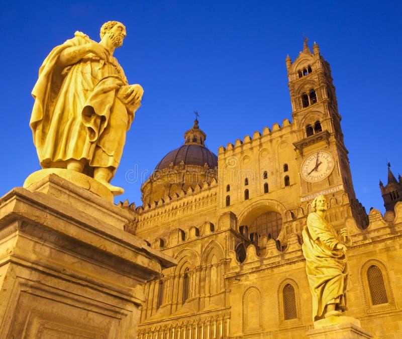 Palermo - Zuidenportaal van Kathedraal of Duomo en standbeeld van st. Proculus stock afbeeldingen
