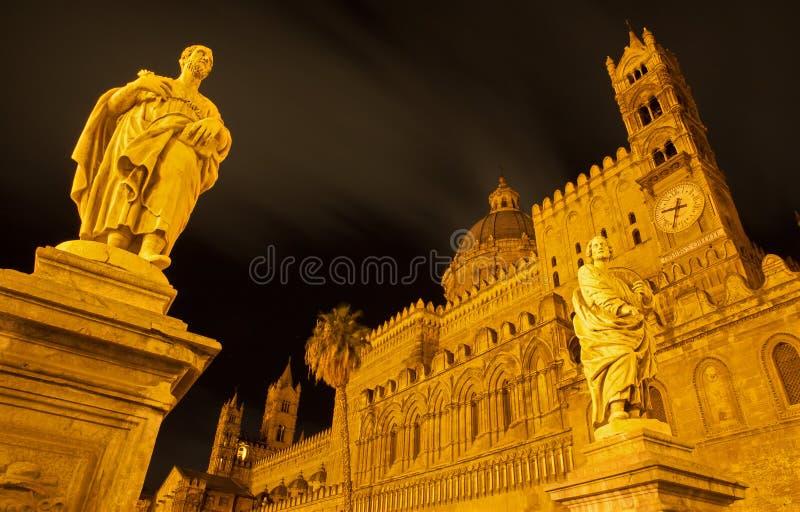 Palermo - Zuidenportaal van Kathedraal of Duomo en standbeeld van st. Proculus stock fotografie