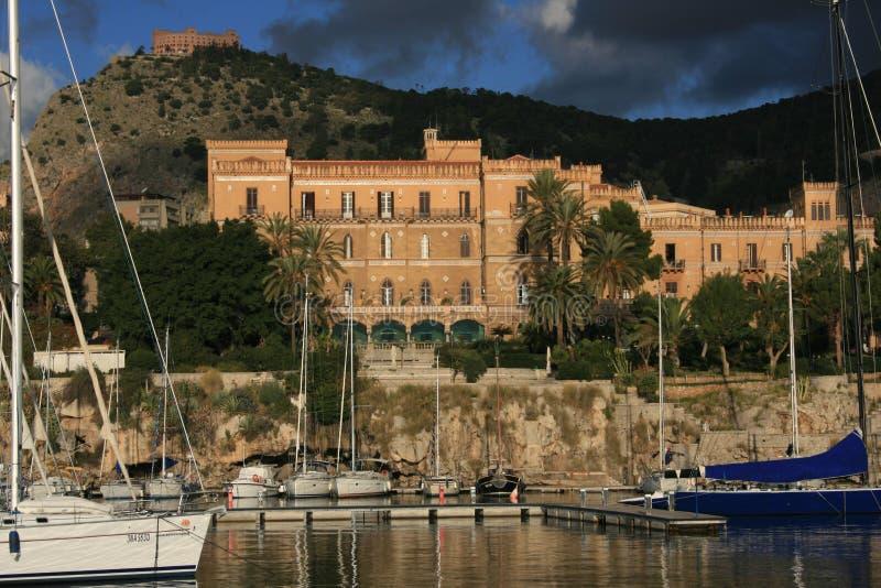 Palermos kleines Port_ Landhaus Igiea Freiheitgebäude u. Utveggio Castel stockbild