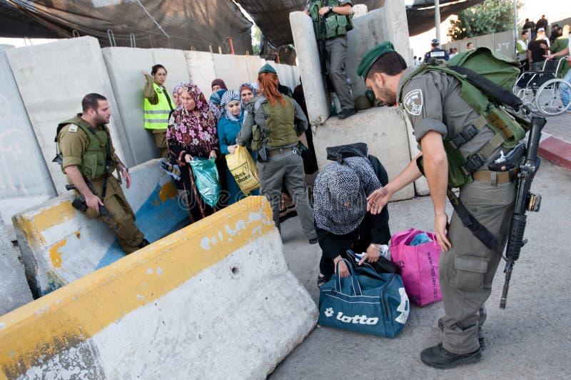 Palestijnen bij Israëlische militaire controlepost stock afbeeldingen