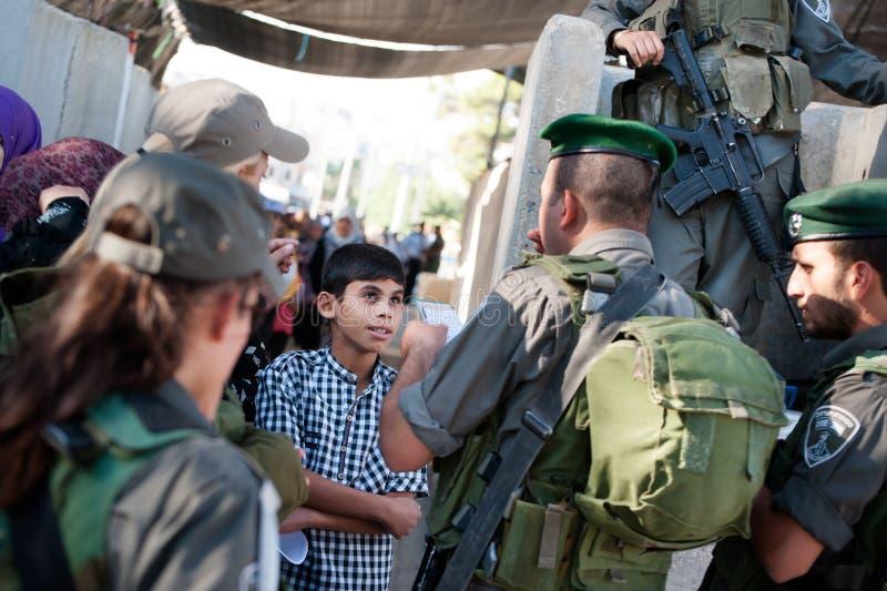 Palestijnen bij Israëlische militaire controlepost royalty-vrije stock fotografie